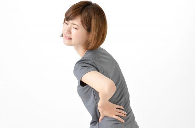 背中が痛い女性の写真